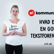 Foto af Christiane Bjørn Weile, der i en YouTube-video forklarer, hvad en god tekstforfatter er
