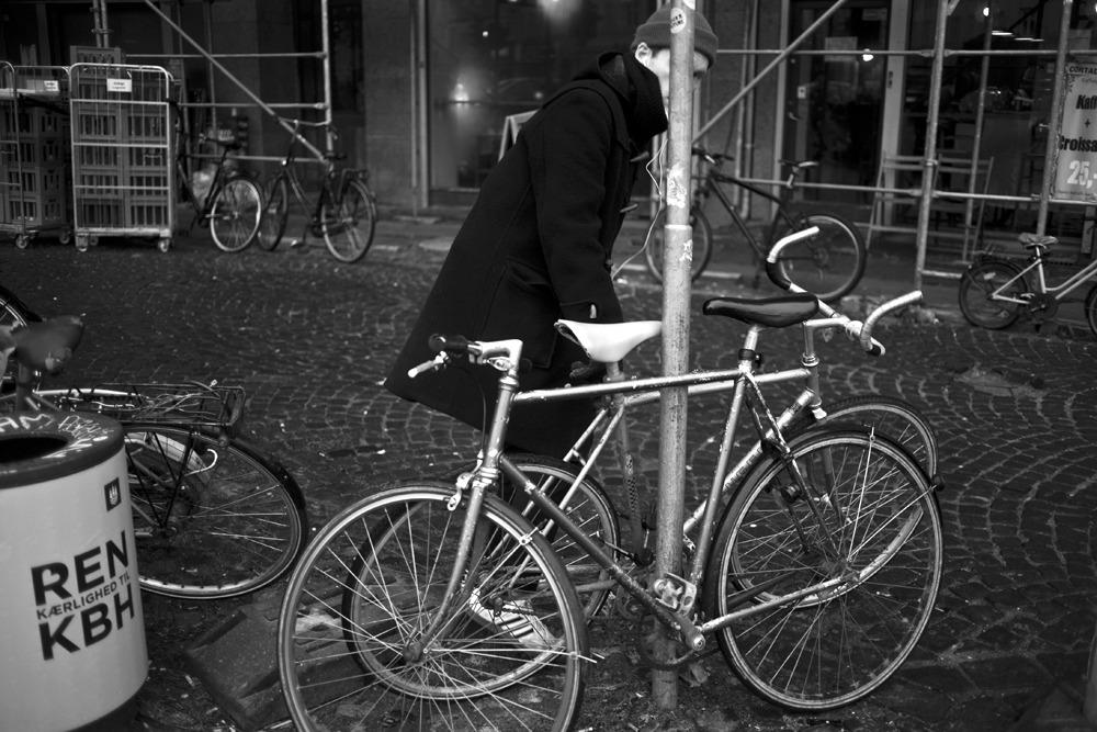 Fotografi af en mand, der låser sin cykel op