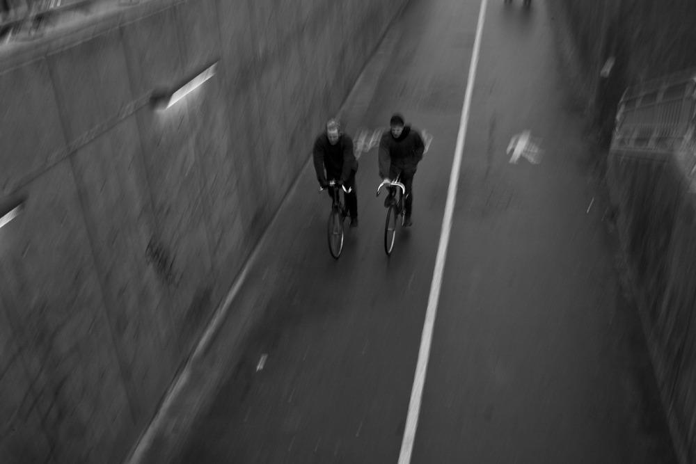 Fotografi af to cyklister