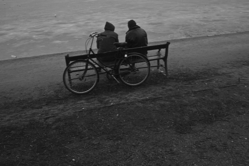 Fotografi af to cyklister, der taler sammen
