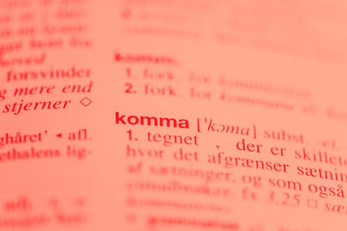 foto af ordbog med ordet komma fremhævet