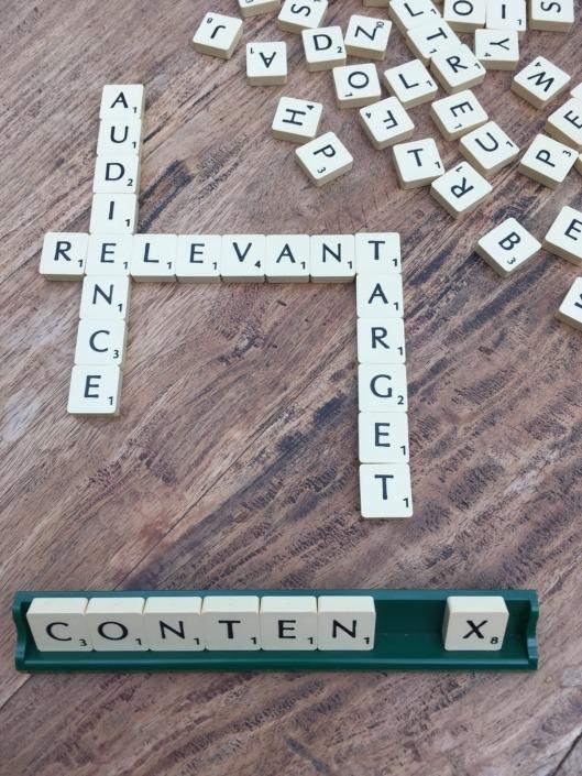 Fotografi af et scrabble-spil med ordet content fremhævet