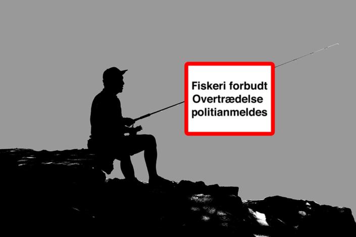 """En ordblind fisker ved skiltet """"Fiskeri forbudt""""."""